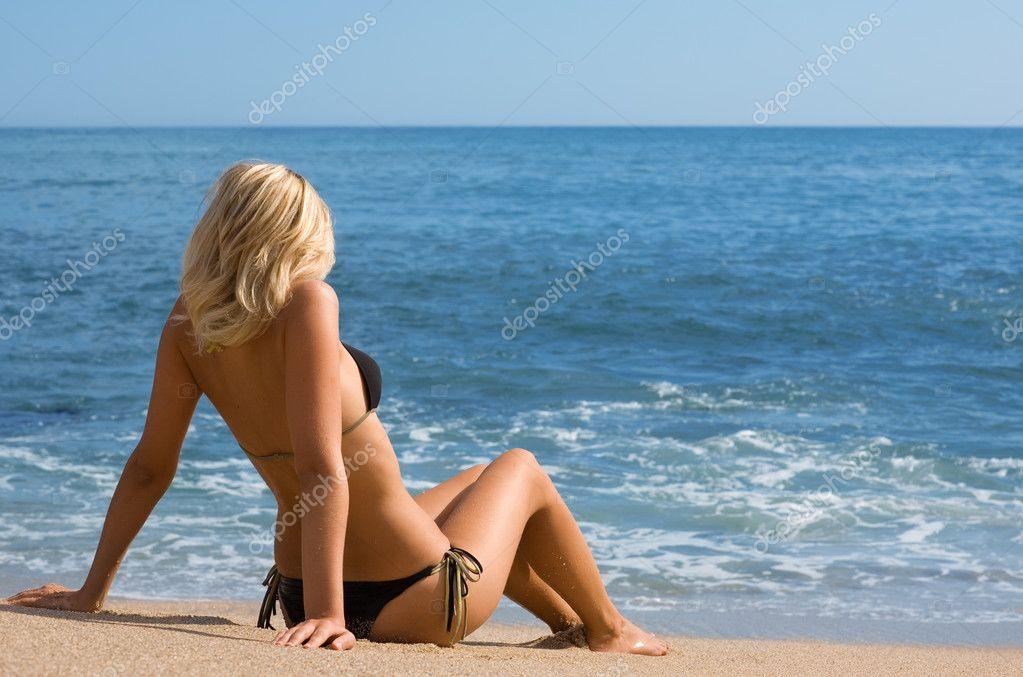 foto-v-kupalnike-vid-so-spini-blondinki