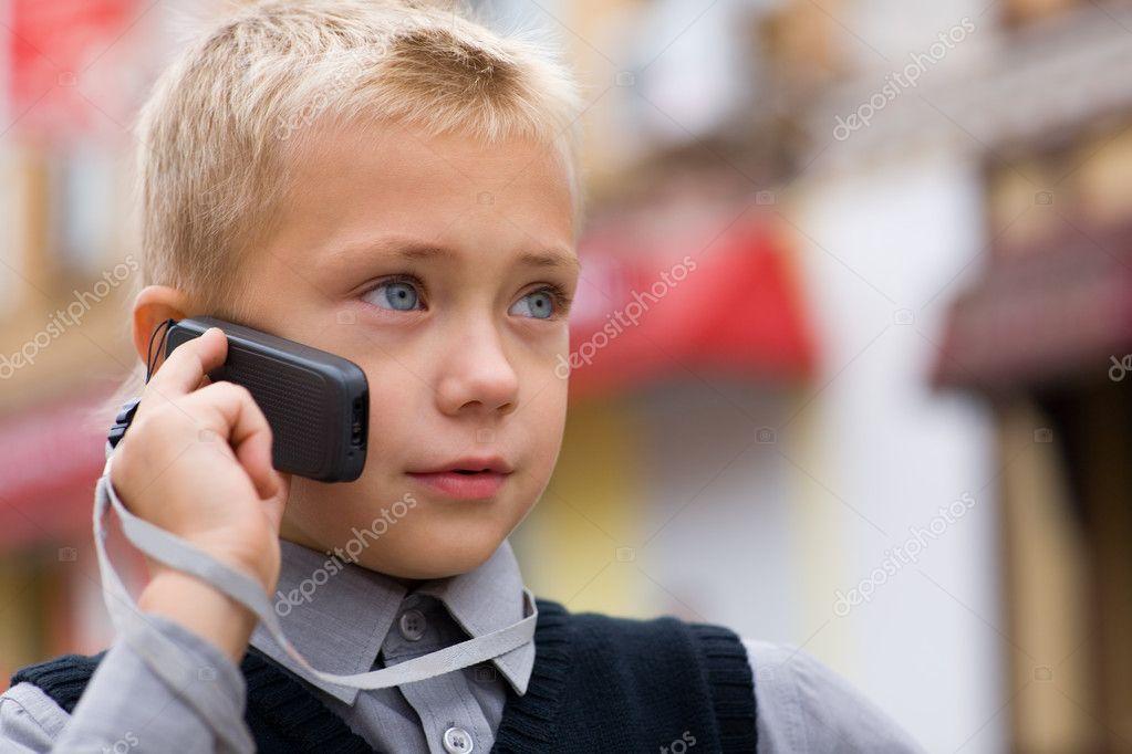 Bebe Hablando Por Telefono: Niño Hablando Por Un Teléfono Celular