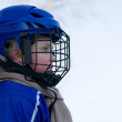 Boy plays hockey — Stockfoto