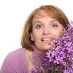 kır çiçekleri ile gülümseyen kadın — Stok fotoğraf #5907523