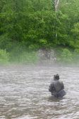 Fisherman catches a salmon — Stock Photo