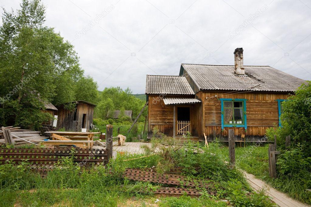 老被遗弃的木房子在村里.偏远地区.俄罗斯— 照片作者 stas_k