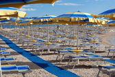 Spiaggia con linee perfettamente parallele di ombrelloni — Foto Stock