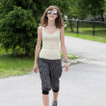 通りを歩いて 10 代の少女 — ストック写真