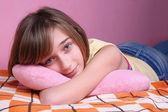 Nastolatka na łóżku — Zdjęcie stockowe