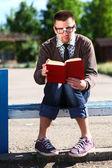 Livro de leitura de nerd — Foto Stock