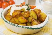 Pommes de terre rôties aux herbes et crème — Photo