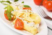 Italské tortellini těstoviny v sýrové omáčce — Stock fotografie