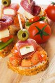 Bruschetta kanapka z szynka i oliwy z oliwek — Zdjęcie stockowe