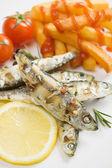 Sardine grigliate di pesce con patatine fritte — Foto Stock