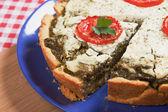 Quiche lorraine with spinach and tomato — Stock Photo