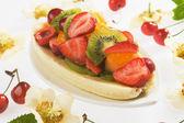 Banana split com fruta fresca — Fotografia Stock