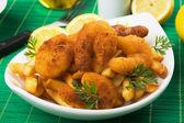 Panierte Garnelen Sanck mit Pommes frites — Stockfoto