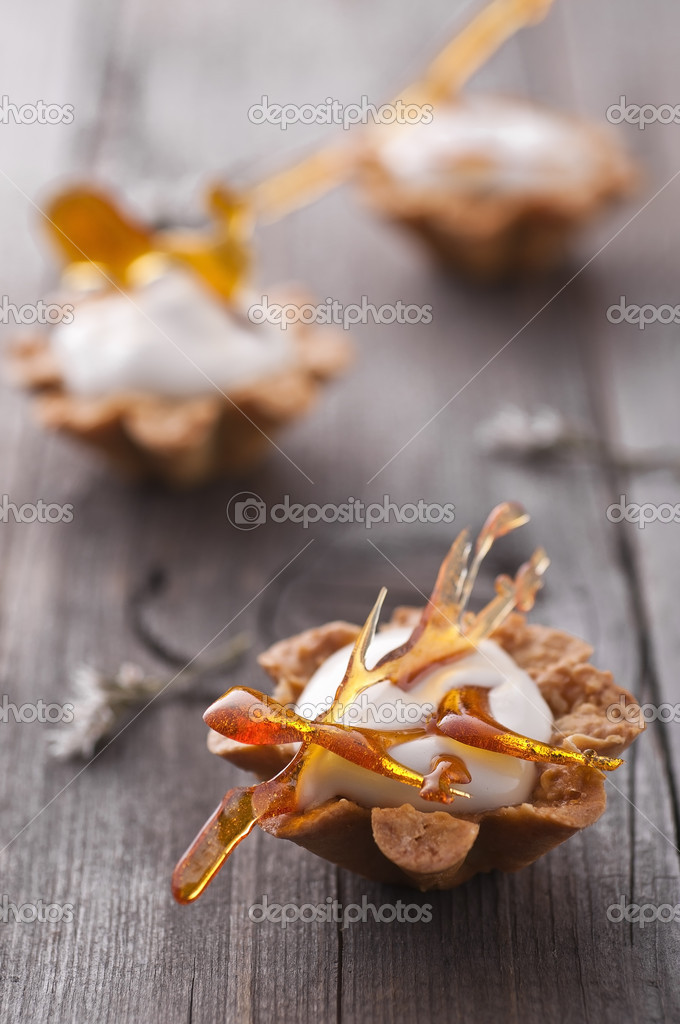 Maple mousse in almond basket with caramel decoration — Stock Photo #5430284