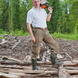 The man in wood saws a tree a chain saw — Stock Photo