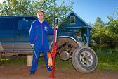 El hombre de overol de trabajo sustituye una rueda en un coche todoterreno — Foto de Stock