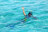 在海洋中游泳男子与面具和管 — 图库照片