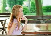 La donna riflessa si siede al tavolo di caffè estivo — Foto Stock