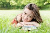 快乐的学生户外活动放松 — 图库照片