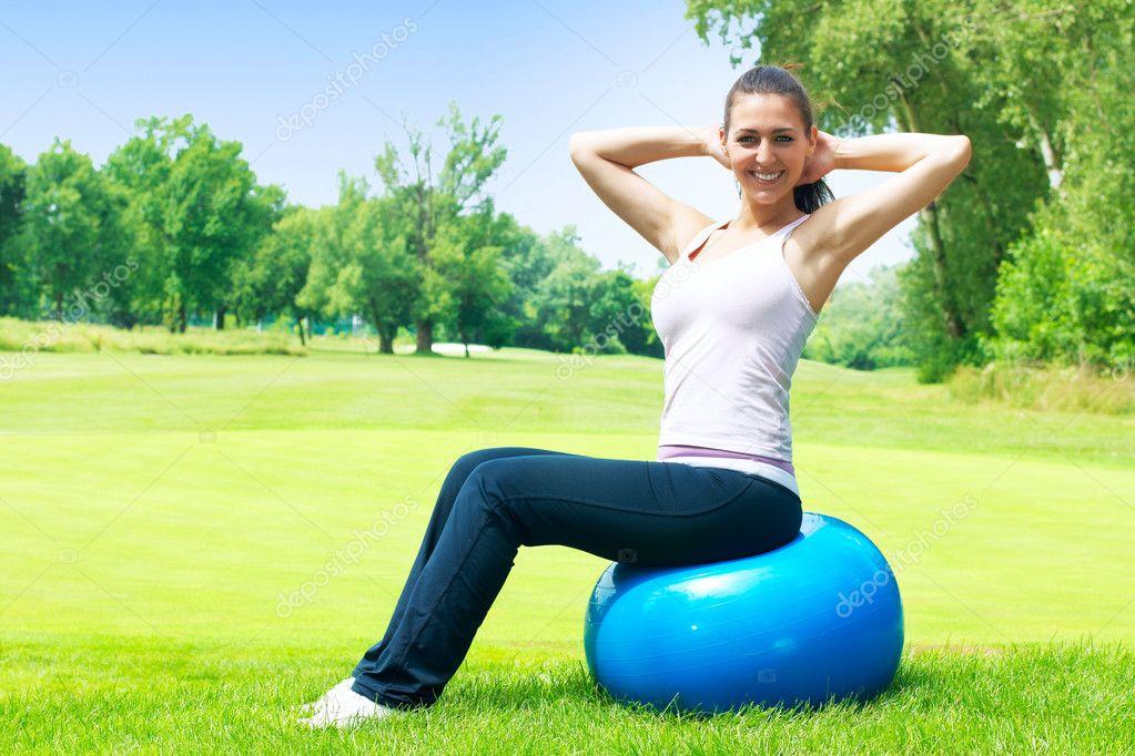 Mujeres Fitness ejercicios con pelota pilates al aire