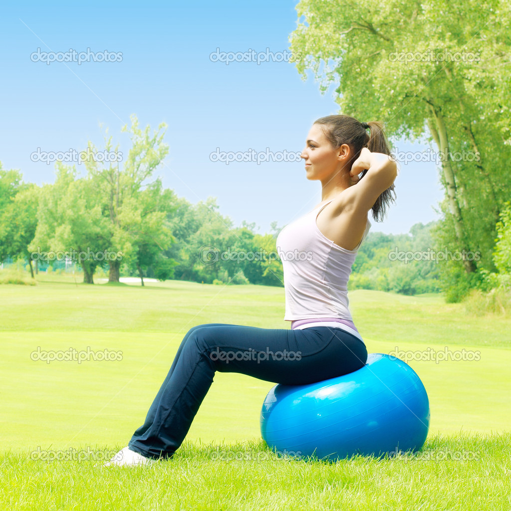 femmes fitness exercice avec ballon de pilates en plein air photographie mitastockimages. Black Bedroom Furniture Sets. Home Design Ideas