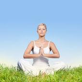 Jonge vrouw mediteren buitenshuis — Stockfoto