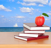 Red apple on book — Stockfoto