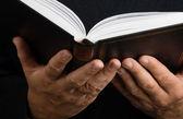 Człowiek czytanie książki — Zdjęcie stockowe