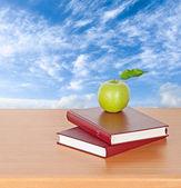 青苹果和书籍 — 图库照片