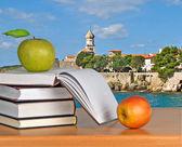 зеленое яблоко на книгах — Стоковое фото