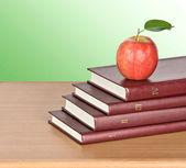 Knihy a apple — Stock fotografie