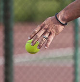 Tennis player bouncing on court — Stock Photo