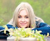 Die junge blondine mit blauen augen. — Stockfoto
