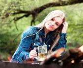 молодая блондинка с голубыми глазами. — Стоковое фото