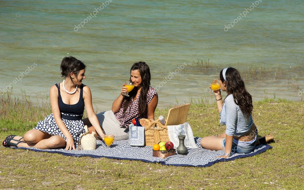 Girls enjoying a pleasant spring time picnic — Stock Photo #5951391