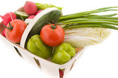 Sebzeli gerdanlı sepeti — Stok fotoğraf