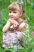 Yeşil bir arka plan üzerinde gülümseyen güzel bir kız portresi — Stok fotoğraf