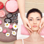 Woman receiving a facial massage — Stock Photo