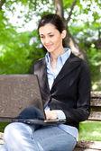 überarbeitete geschäftsfrau arbeiten auf pause — Stockfoto