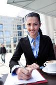 コーヒー ブレークに取り組んで実業家 — ストック写真