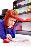 Подросток с книгой на этаже — Стоковое фото