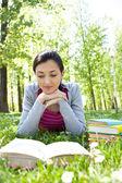 Dziewczyna czytająca książkę odkryty — Zdjęcie stockowe