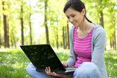 Studente con il portatile nel parco — Foto Stock