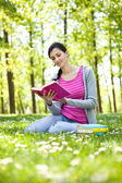 Girl reading a book outdoor — Fotografia Stock