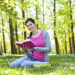 estudiante disfrutando con el libro de la naturaleza — Foto de Stock