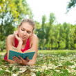 Student girl reading book outdoor — Stock Photo