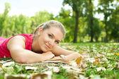 сладкая девочка, лежа в парке — Стоковое фото