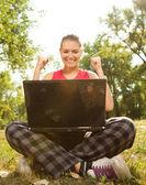 Fille de victoire avec ordinateur portable — Photo