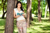 Girl reading in nature — Stock Photo