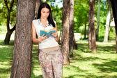 Meisje lezen in de natuur — Stockfoto